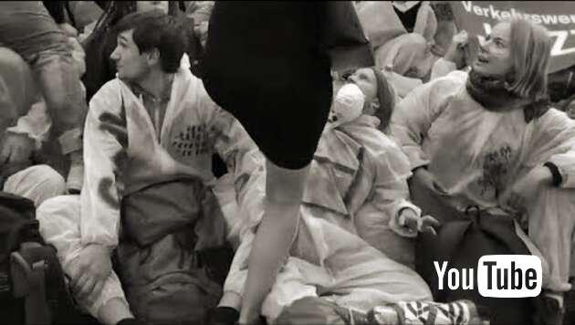 Embedded thumbnail for IAA: Linker Öko-Mob drangsaliert Messegäste – Polizei schaut nur zu