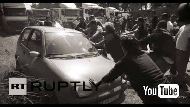 Embedded thumbnail for Migranten blockieren Autobahn und attackieren Fahrer